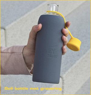 glazen waterfles bedrukken - voorbeeld: Doli bottle met gravering